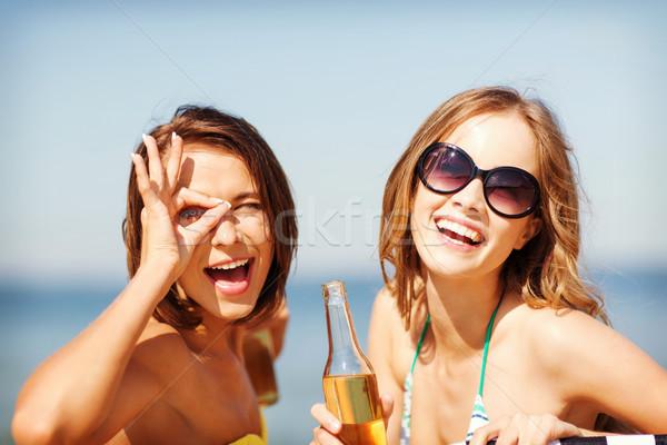 Meninas bebidas cadeiras de praia verão férias férias Foto stock © dolgachov