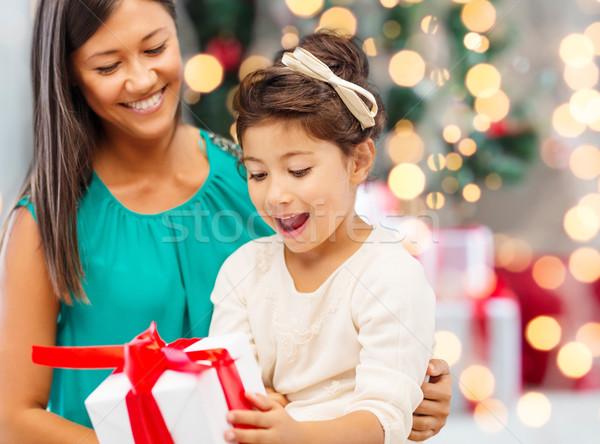Glücklich Mutter kleines Mädchen Geschenkbox Feiertage Feier Stock foto © dolgachov