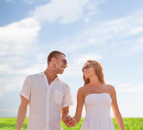 Glimlachend paar zonnebril lopen buitenshuis liefde Stockfoto © dolgachov