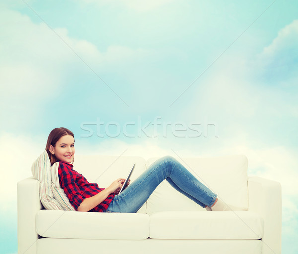 девушка на белом диване видео