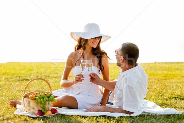 Mosolyog pár iszik pezsgő piknik szeretet Stock fotó © dolgachov