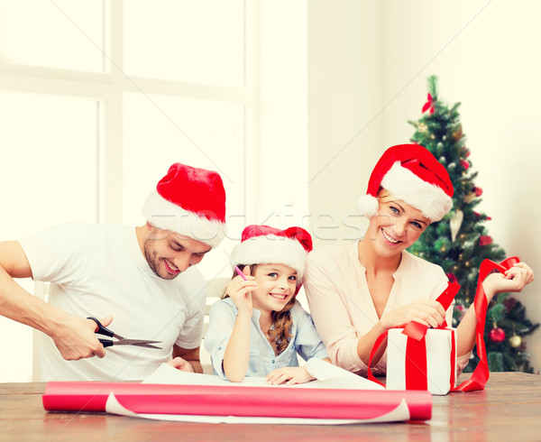 Mutlu aile yardımcı hediye Stok fotoğraf © dolgachov
