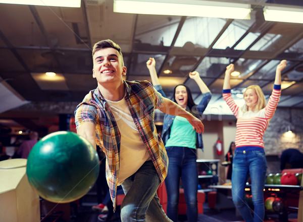 Zdjęcia stock: Szczęśliwy · młody · człowiek · piłka · bowling · klub