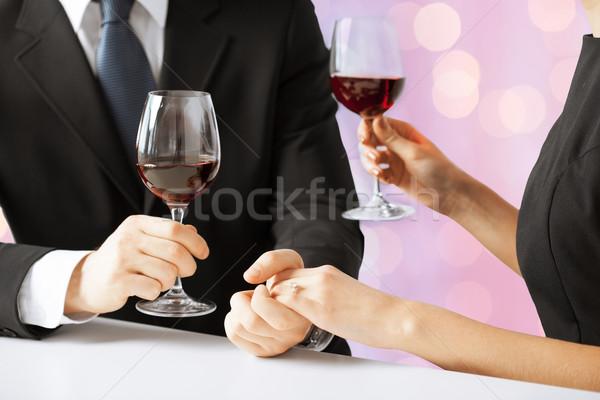 Ręce para pierścionek z brylantem kieliszki do wina ludzi wakacje Zdjęcia stock © dolgachov