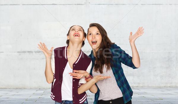 Boldog mosolyog csinos tinilányok szórakozás emberek Stock fotó © dolgachov