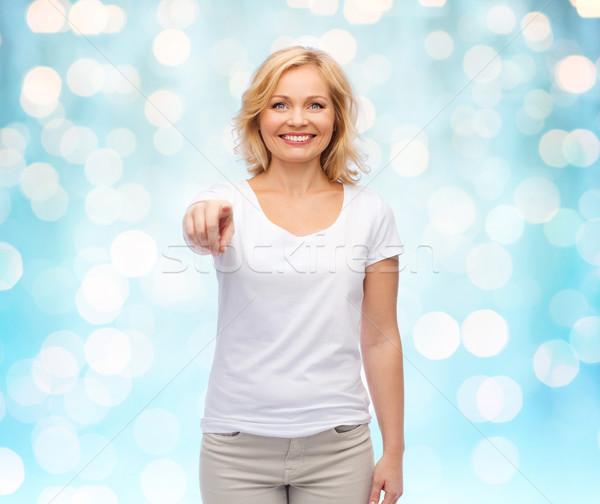 Foto stock: Mujer · sonriente · blanco · camiseta · senalando · gesto · anuncio