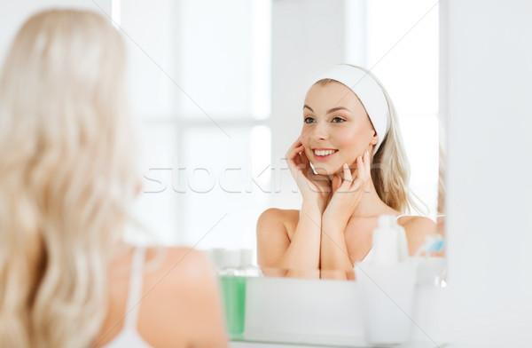 Mulher tocante cara banheiro beleza cuidados com a pele Foto stock © dolgachov