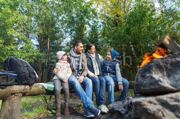 Stock fotó: Boldog · család · ül · pad · tábor · tűz · kempingezés