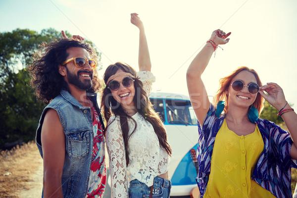 Mutlu genç hippi arkadaşlar dans açık havada Stok fotoğraf © dolgachov