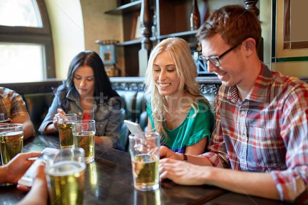 Freunde Smartphones Bier bar Veröffentlichung Menschen Stock foto © dolgachov