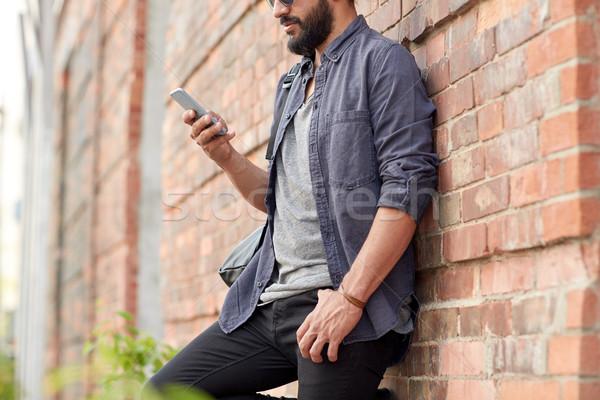 Közelkép férfi sms chat okostelefon város utazás Stock fotó © dolgachov