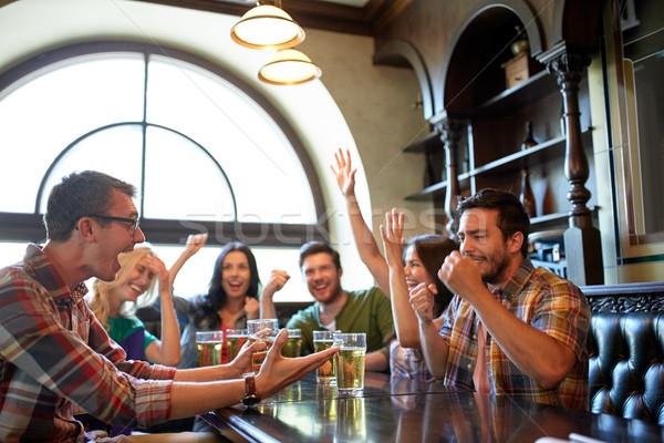 Znajomych piwa oglądania piłka nożna bar publikacji Zdjęcia stock © dolgachov