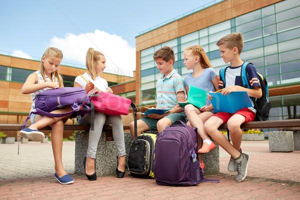 Grupo feliz escuela primaria estudiantes aire libre primario Foto stock © dolgachov