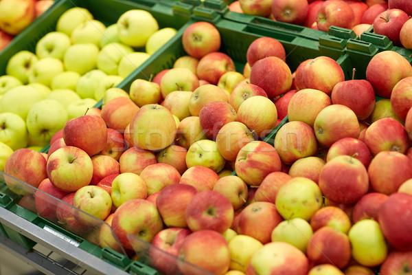 érett almák élelmiszerbolt piac gyümölcsök aratás Stock fotó © dolgachov