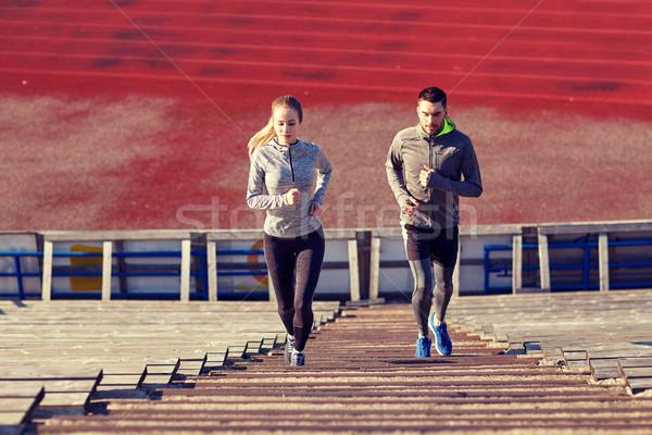 Paar lopen naar boven stadion fitness sport Stockfoto © dolgachov