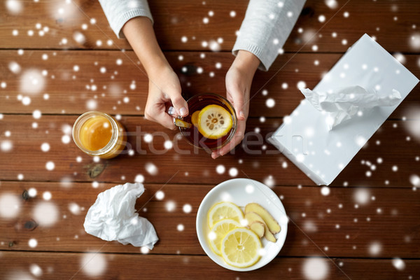 Doente mulher potável chá limão gengibre Foto stock © dolgachov