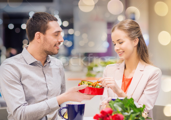 Feliz casal apresentar flores shopping amor Foto stock © dolgachov