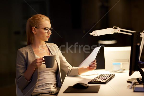 Zakenvrouw papieren werken nacht kantoor business Stockfoto © dolgachov