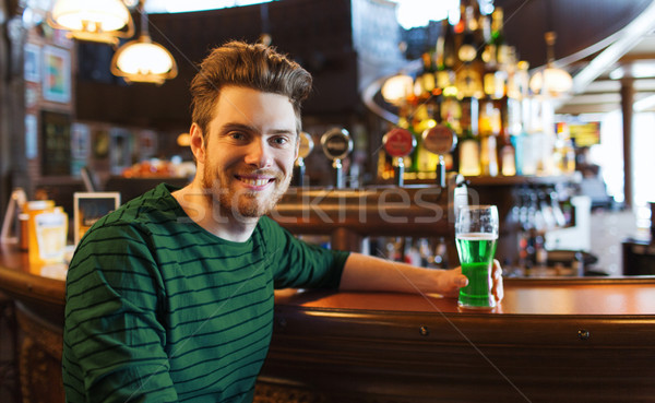 Hombre potable verde cerveza bar pub Foto stock © dolgachov