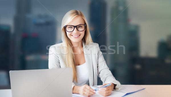 Empresária bloco de notas laptop escritório pessoas de negócios sorridente Foto stock © dolgachov