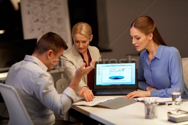 Foto stock: Equipo · de · negocios · portátil · de · trabajo · noche · oficina · negocios