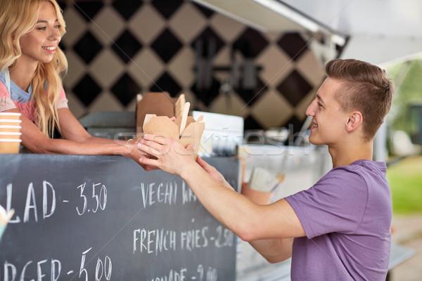 Elarusítónő étel teherautó adag férfi vásárló Stock fotó © dolgachov