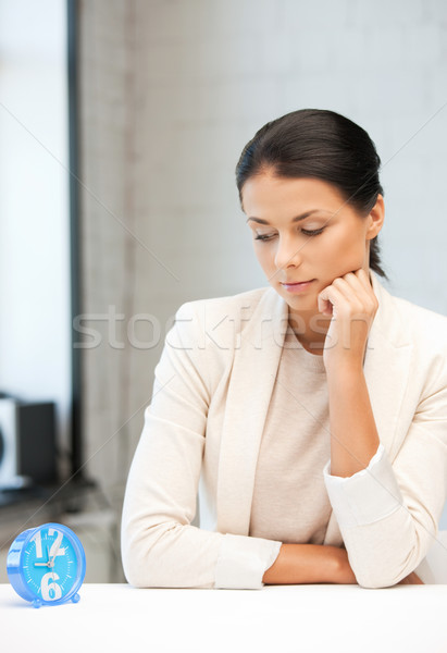 Stockfoto: Zakenvrouw · klok · heldere · foto · aantrekkelijk · vrouw