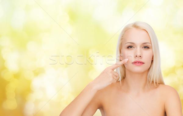 Jonge vrouw wijzend wang gezondheid schoonheid Stockfoto © dolgachov