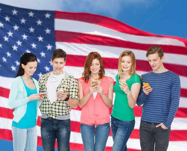 Souriant élèves smartphones éducation modernes technologie Photo stock © dolgachov
