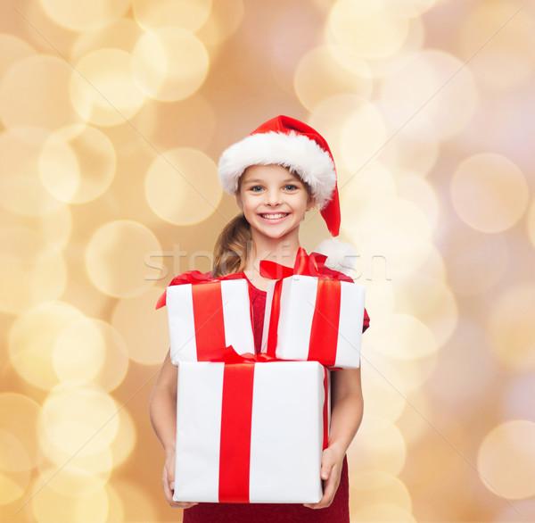 Gülen küçük kız yardımcı şapka hediyeler Stok fotoğraf © dolgachov