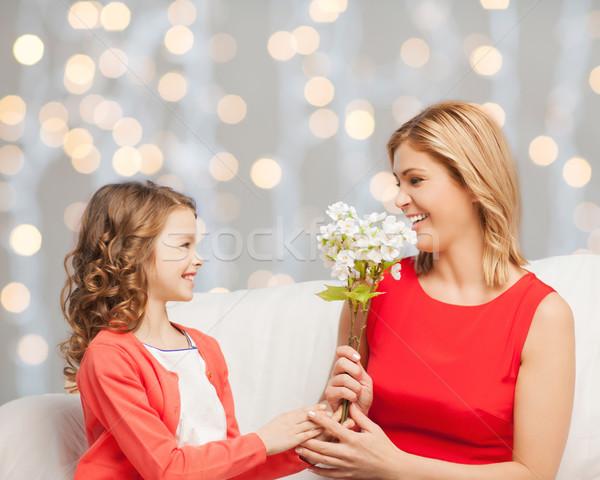 Boldog kicsi lánygyermek virágok anya emberek Stock fotó © dolgachov