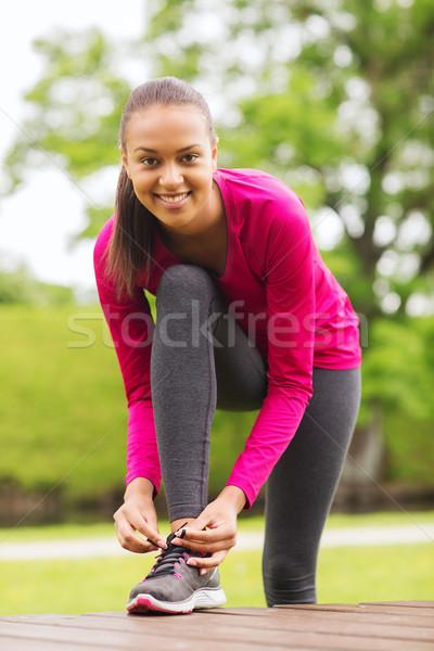 Uśmiechnięta kobieta odkryty sportu wykonywania parku Zdjęcia stock © dolgachov