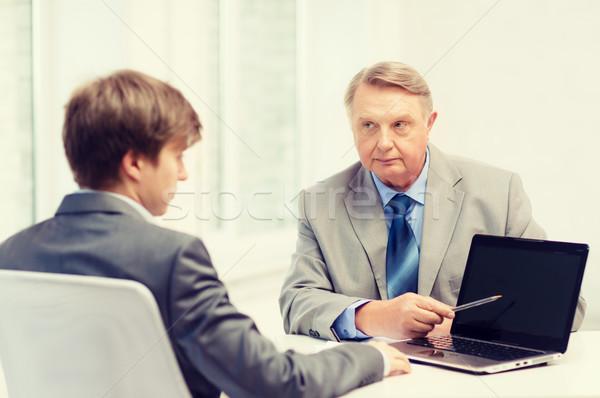 Foto stock: Mayor · hombre · joven · ordenador · portátil · negocios · anuncio