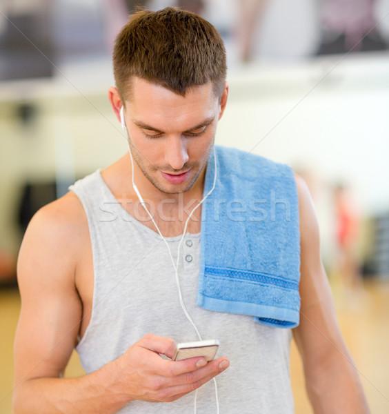 Jonge man smartphone handdoek gymnasium fitness sport Stockfoto © dolgachov