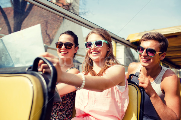 Grupo sorridente amigos tour ônibus Foto stock © dolgachov