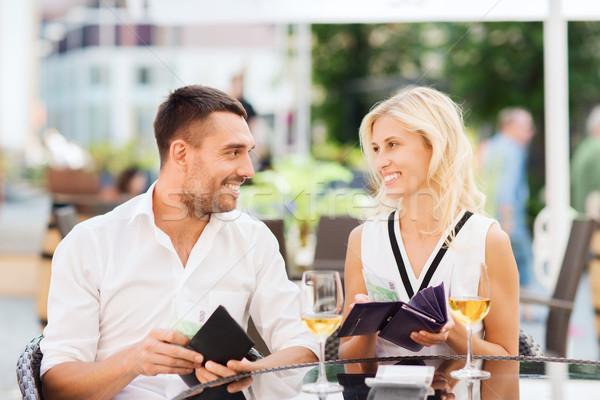 Mutlu çift cüzdan fatura restoran Stok fotoğraf © dolgachov
