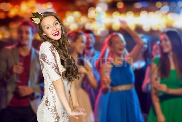 Szczęśliwy młoda kobieta korony klub nocny strony ludzi Zdjęcia stock © dolgachov