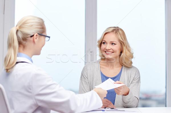 врач рецепт женщину больницу медицина Сток-фото © dolgachov