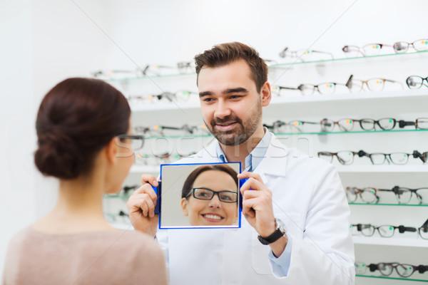 Mulher óculos olhando espelho ótica armazenar Foto stock © dolgachov