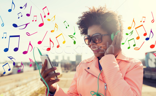 Boldog fiatal nő okostelefon fejhallgató technológia életstílus Stock fotó © dolgachov