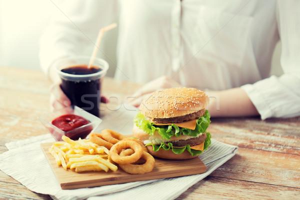Közelkép nő gyorsételek kóla emberek egészségtelen étkezés Stock fotó © dolgachov