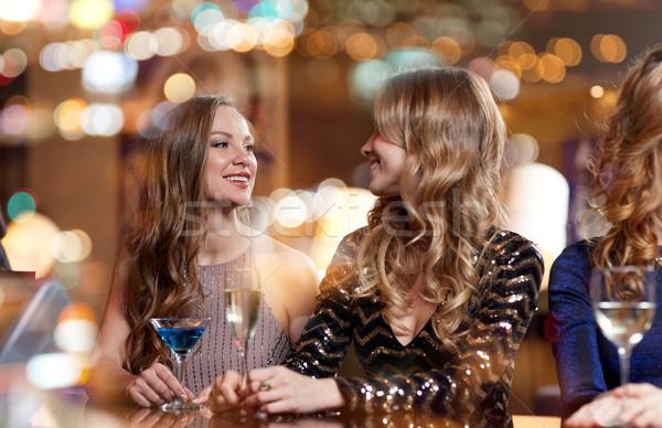 Szczęśliwy kobiet napojów klub nocny uroczystości znajomych Zdjęcia stock © dolgachov
