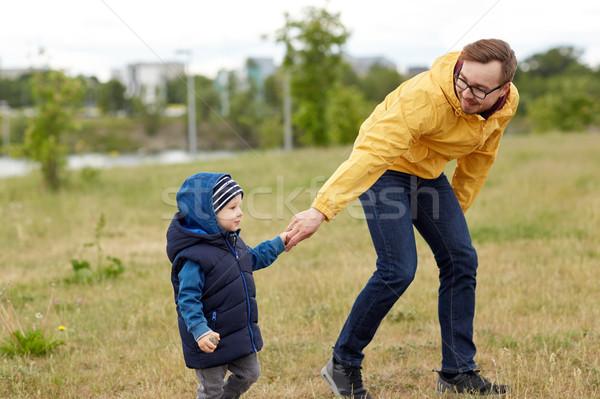 Heureux père peu fils marche extérieur Photo stock © dolgachov