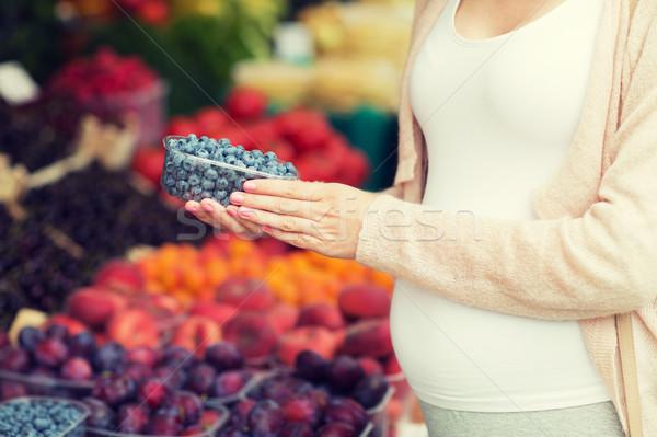 Hamile kadın satın alma yaban mersini sokak pazar satış Stok fotoğraf © dolgachov