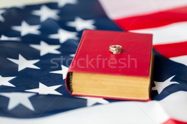 Bandeira americana anéis de casamento bíblia direitos civis família Foto stock © dolgachov