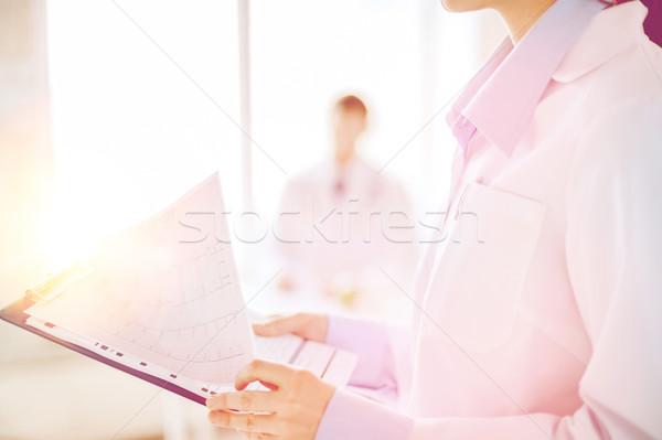 女性 クリップボード 心電図 医療 薬 ストックフォト © dolgachov