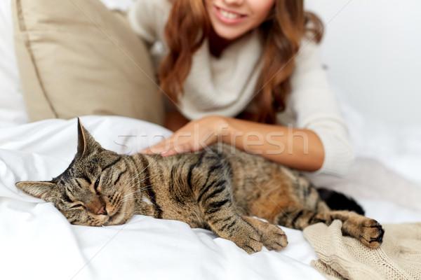 Stockfoto: Gelukkig · jonge · vrouw · kat · bed · home · huisdieren