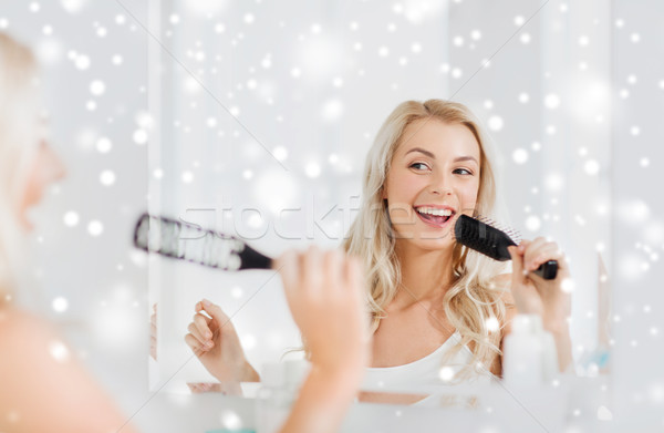 Feliz mulher cantando cabelo escove banheiro Foto stock © dolgachov