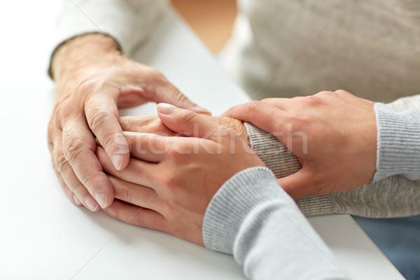 Viejo tomados de las manos vejez apoyo Foto stock © dolgachov