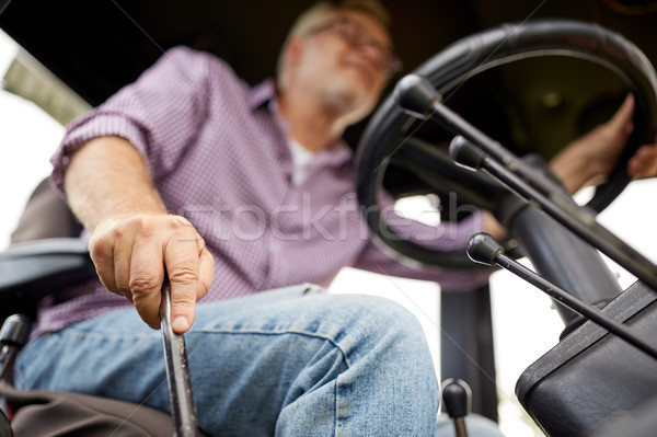 Supérieurs homme conduite tracteur ferme Photo stock © dolgachov